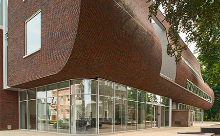 Concave brick façade by KdV architectuur with the collaboration of Vandersanden