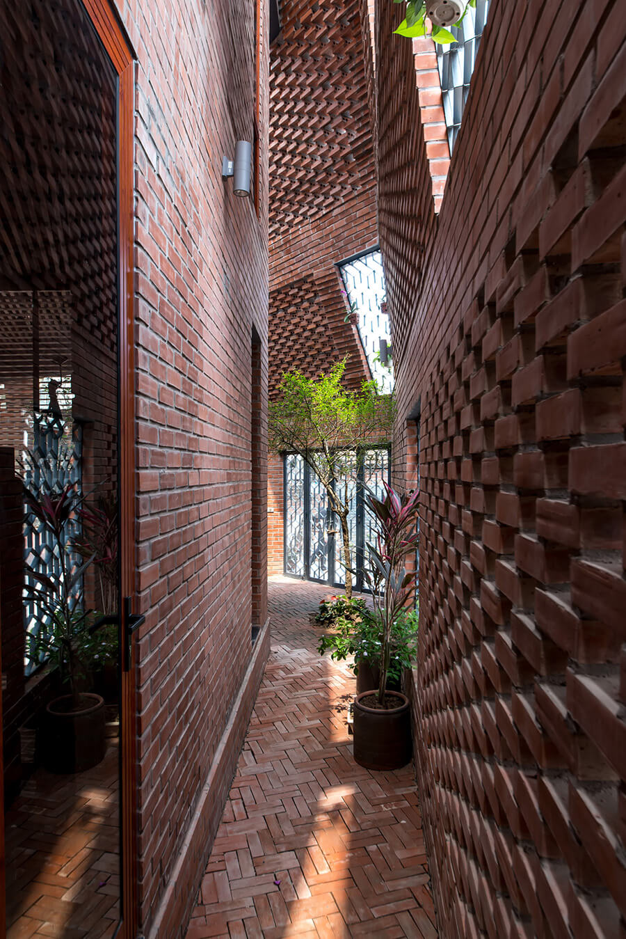 © Nguyen Tien Thanh / Brick Cave / H&P Architects