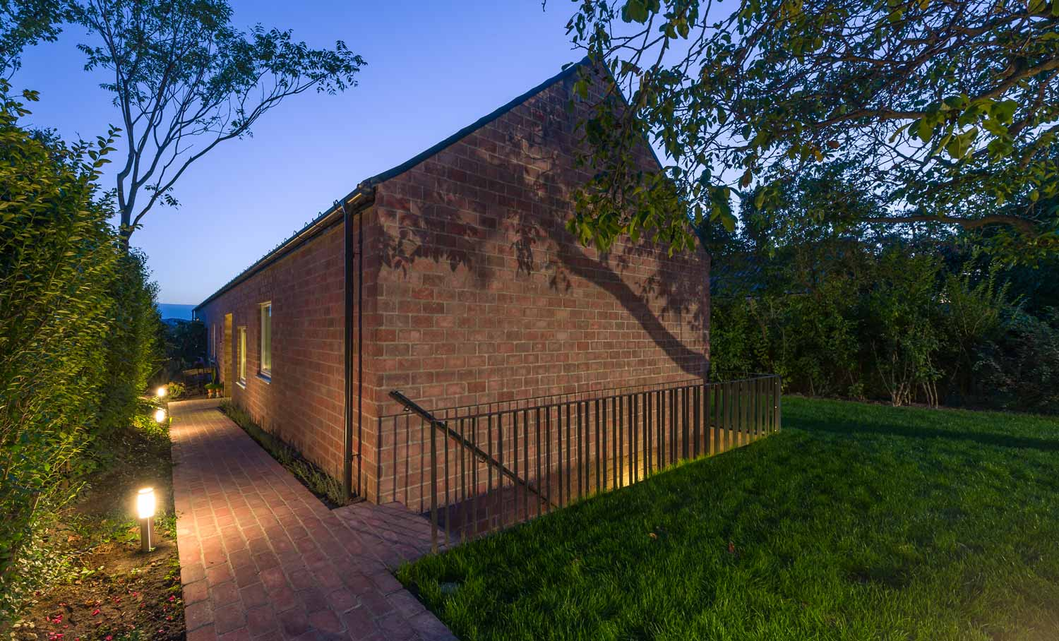 © Levente Sirokai - Long Brick House / Földes Architects