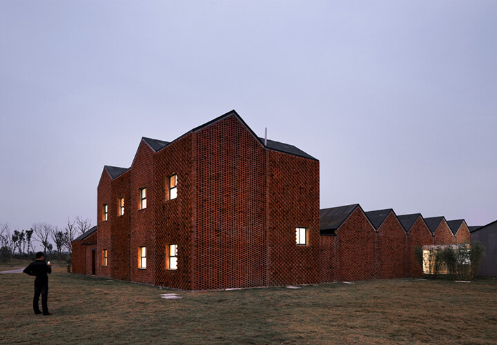 © Iwan Baan / Three Courtyard Community centre / AZL architects