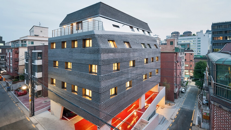 Crossing Bricks / JOHO Architecture