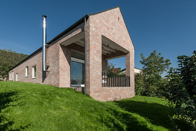 Long Brick House  / Földes Architects